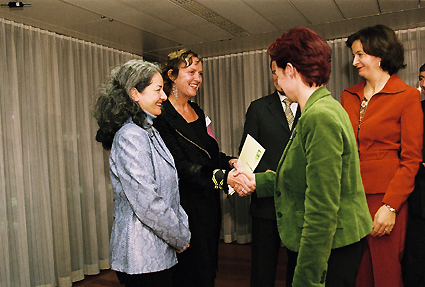 http://www.frauenwohnprojekt.info/media/galerie/2004/preisverleihung/rosa1.jpg